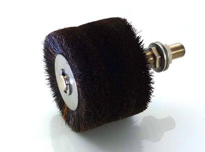 Nasmaruj szczotkę lub szczotkę olejową na wsporniku montażowym naturalnym włosiem